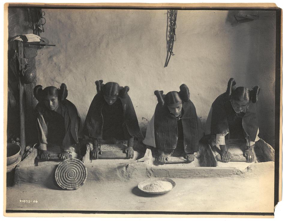 Mujeres hopi preparando tortas de maiz